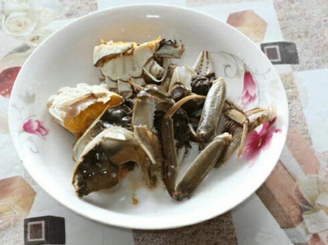 将肉蟹放在器皿中加入适量的白酒,待蟹醉后去腮,胃,肠,然后切成块。
