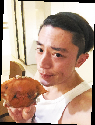 霍建华吃螃蟹