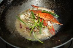 王氏水产姜葱炒螃蟹做法之收汁出锅